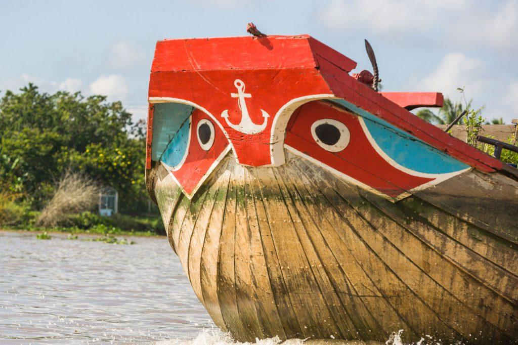Vortrag - Erleben Sie mit mir die pulsierende Metrople Saigon, das Mekong-Delta und Dalat, die Stadt des ewigen Frühlings. Ein Bild- und Informationsbericht (ca. 60 Minuten) von Dipl. oec. Bernd Geller Mekongdelta - Bootsfahrt Vietnam hat eine jahrtausendealte Kultur. In den vergangenen Jahren hat das südostasiatische und sozialistische Land eine rasante wirtschaftliche Entwicklung genommen. Längst wurde es vom internationalen Tourismus als attraktives Reiseziel entdeckt. Ho-Chi-Minh-Stadt, das frühere Saigon, ist das wirtschaftliches Zentrum des Landes. Das Mekong-Delta gilt als die Reiskammer des Landes.