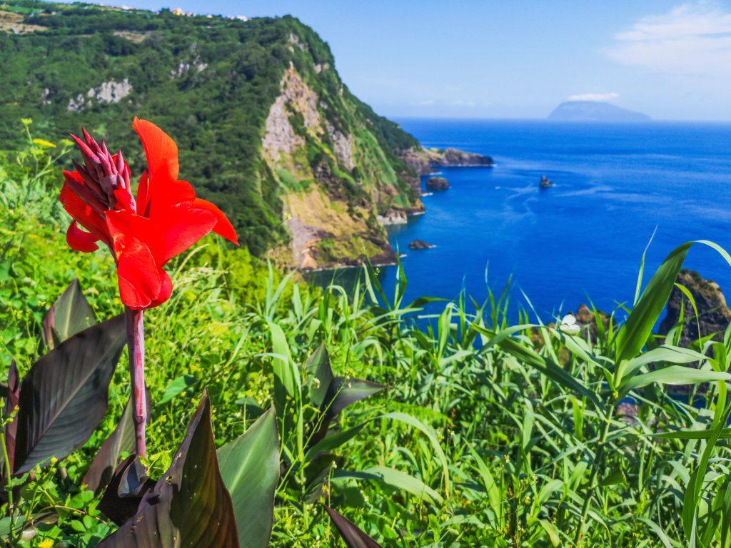 Insel Flores mit Blick zur Insel Corvo
